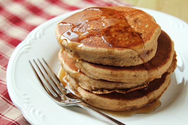vanilla cinnamon quinoa pancakes with maple syrup