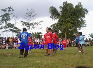 bermain sepak bola tuna netra