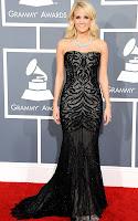Кари Ъндърууд в дантелена рокля с шлейф на Roberto Cavalli, с диамантено колие на Johnathon Arndt - наградите Грами 2013