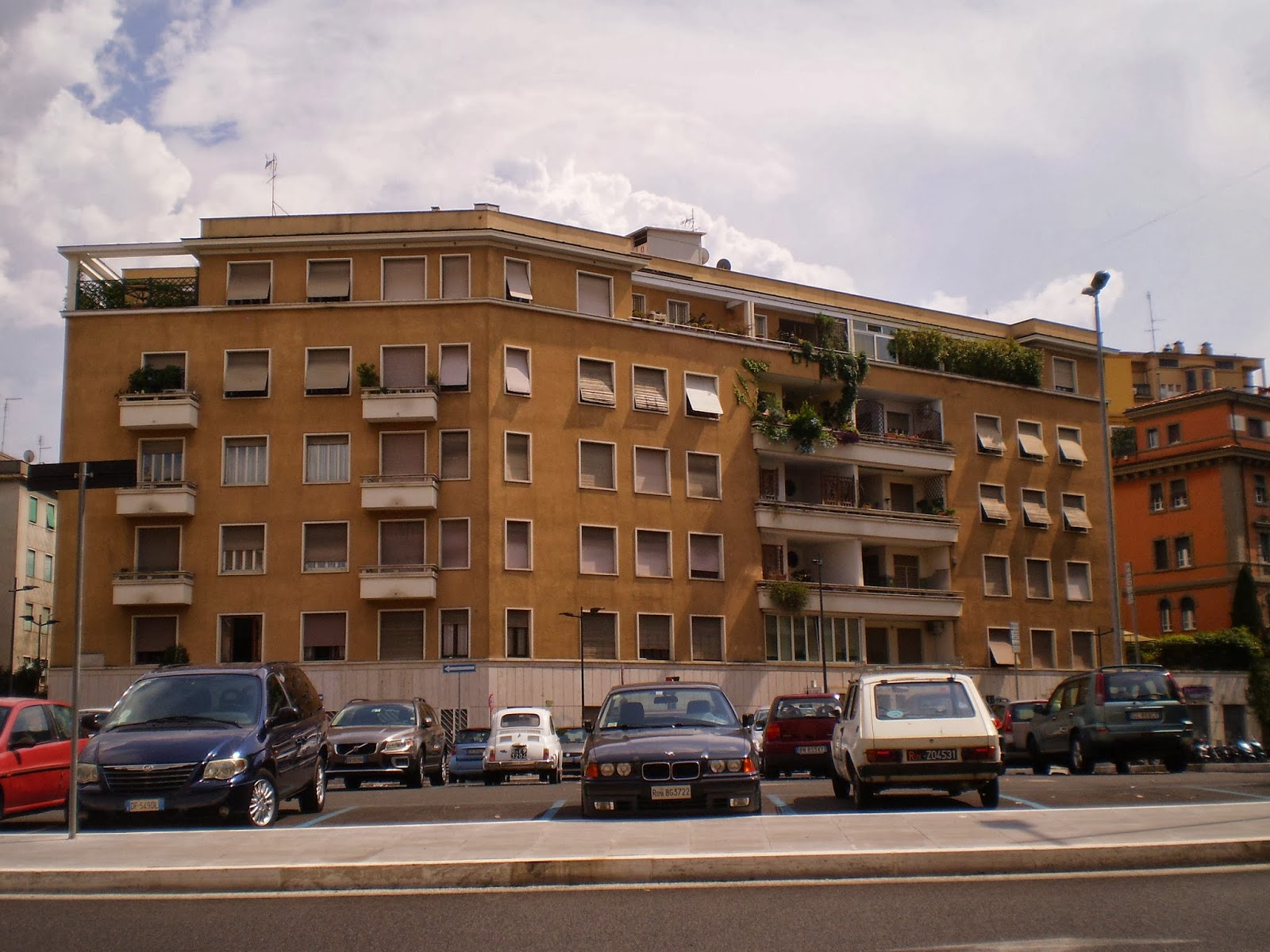 Urbanfile roma arredo urbano in via lanciani for Arredo urbano roma