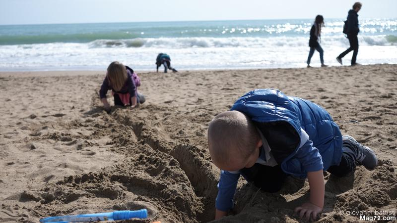 Gioco di bambini sulla spiaggia