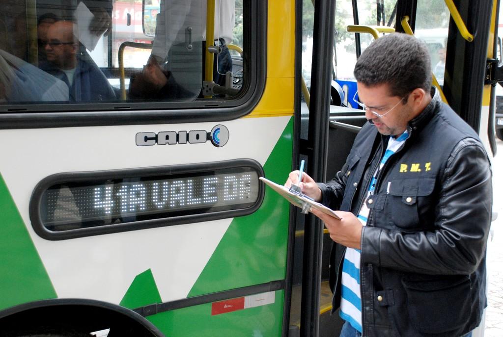 Márcio Salomão, responsável pela Fiscalização de Trânsito e Concessões, avalia condições de uso do ônibus vistoriado
