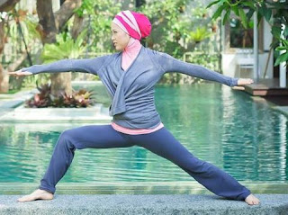 Foto Baju Olahraga Muslimah Lisa Namuri Model Terbaru Kaos Cardigan