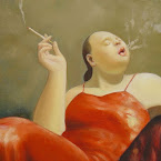 femme fume en robe rouge
