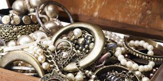 Memberi perhiasan