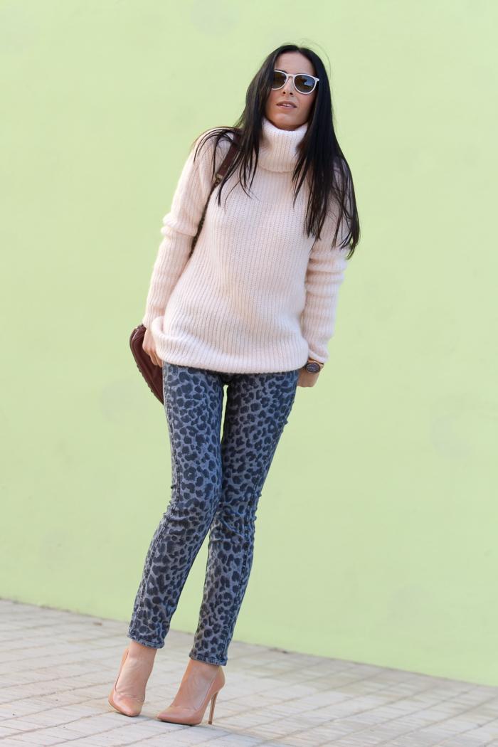 Blogger de moda valenciana con jeans estampado animal
