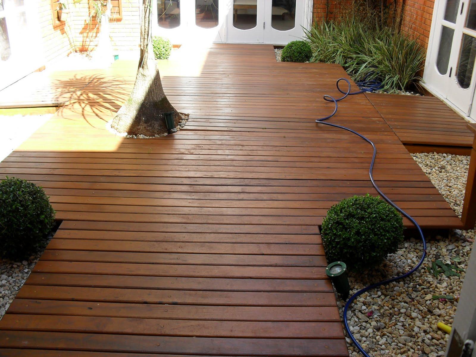 deck em jardim pequeno : deck em jardim pequeno: Manutenção do deck de madeira do seu jardim ou piscina em 4 passos