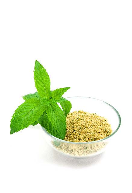 Mint cane sugar in a bowl
