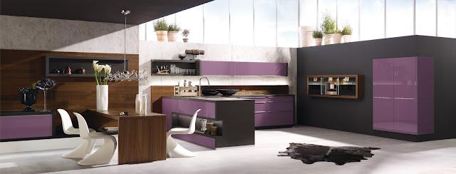 Cuisine moderne violette implantée en U avec coin repas et retour avec évier. De belles idées déco dans cette conception