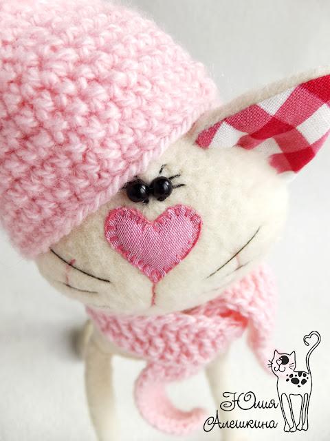 Бежевая кошка длинноножка - в розовой шапке. Очаровательные глазки
