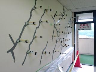 写真:補修工事をしている病棟内の廊下の壁