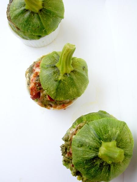 zucchine ripiene di pomodori secchi, brie e pesto