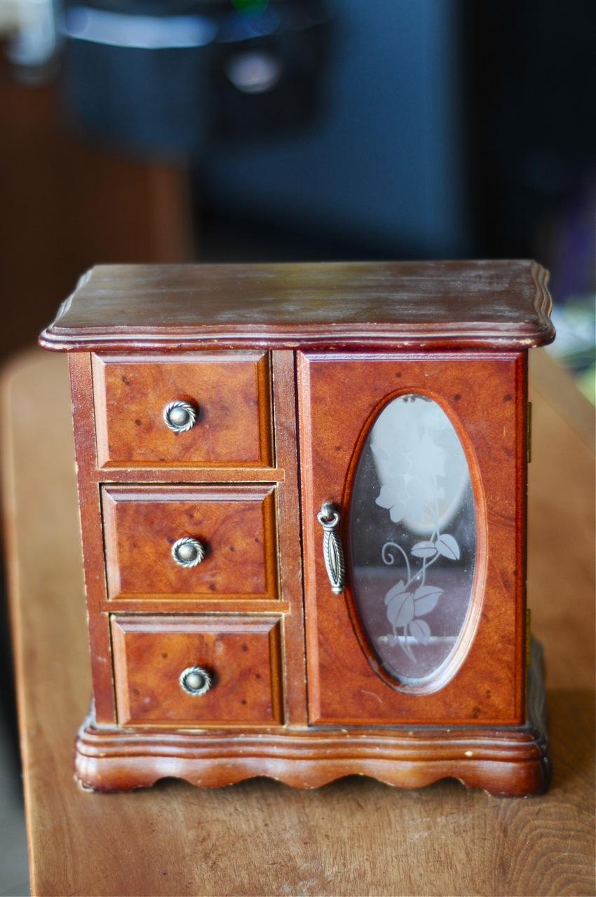 Diy til we die amanda jewelry box makeover for Old jewelry box makeover