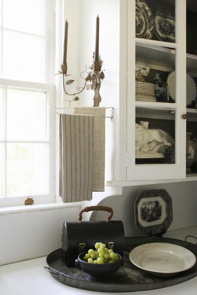 decorar la cocina, paños de cocina blancos y aplique dorado de pared francés