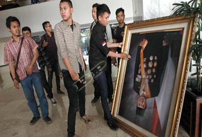Foto SBY Jatuh Di Gedung Nusantara