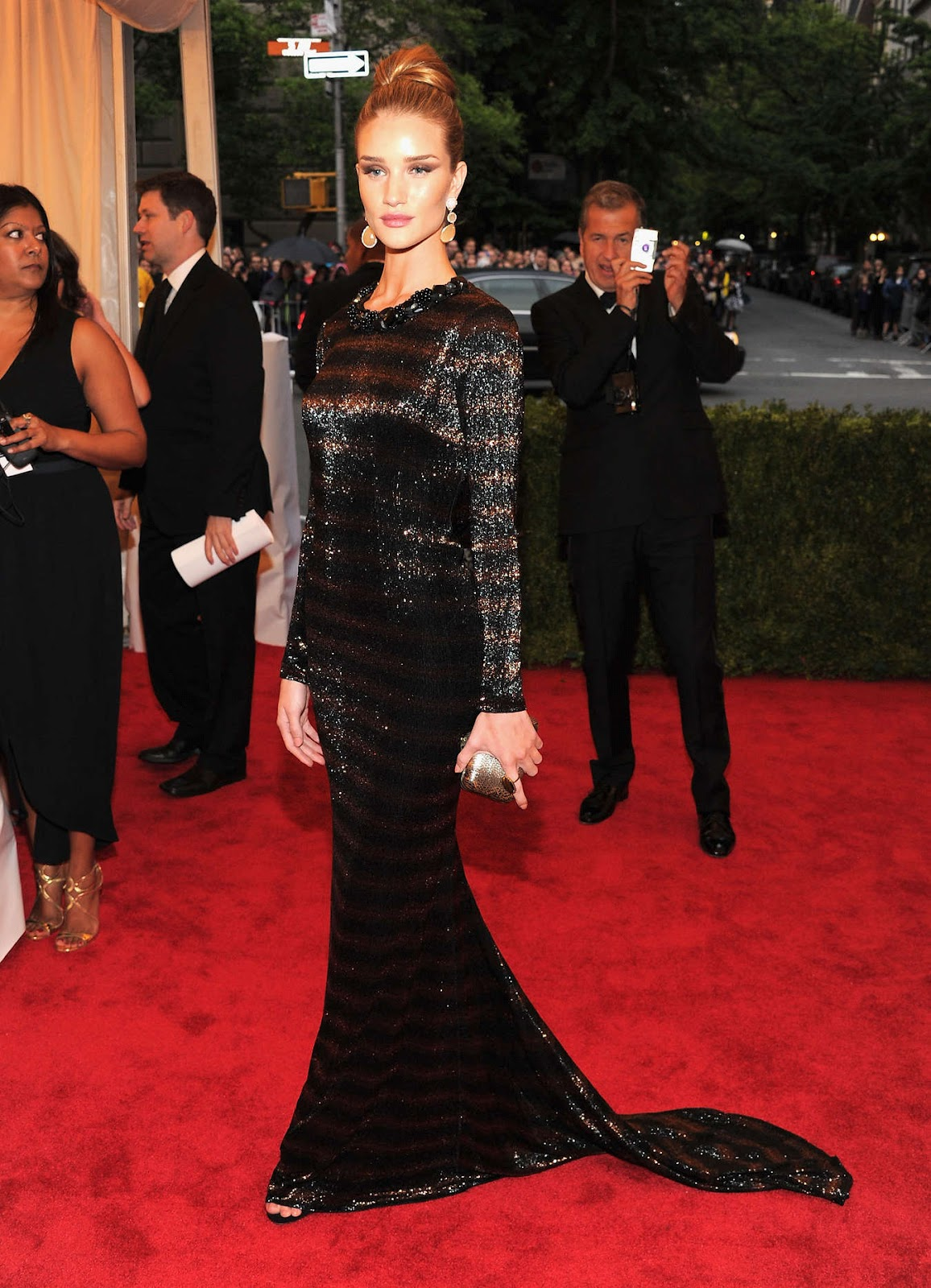 http://4.bp.blogspot.com/-vqFSOYOuP8A/T8Unrv400sI/AAAAAAAAC7o/gRwFjd0FTVY/s1600/Rosie+Huntington+Whiteley+-+Met+Costume+Institute+Gala+2012-04.jpg