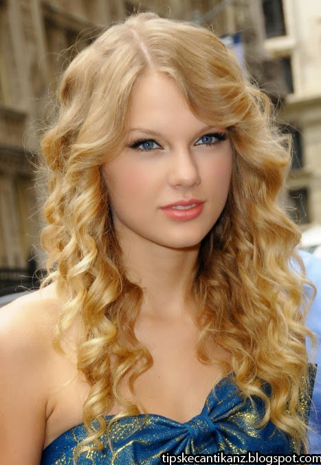 Taylor Swift Curly Hairstyles for Long Hair