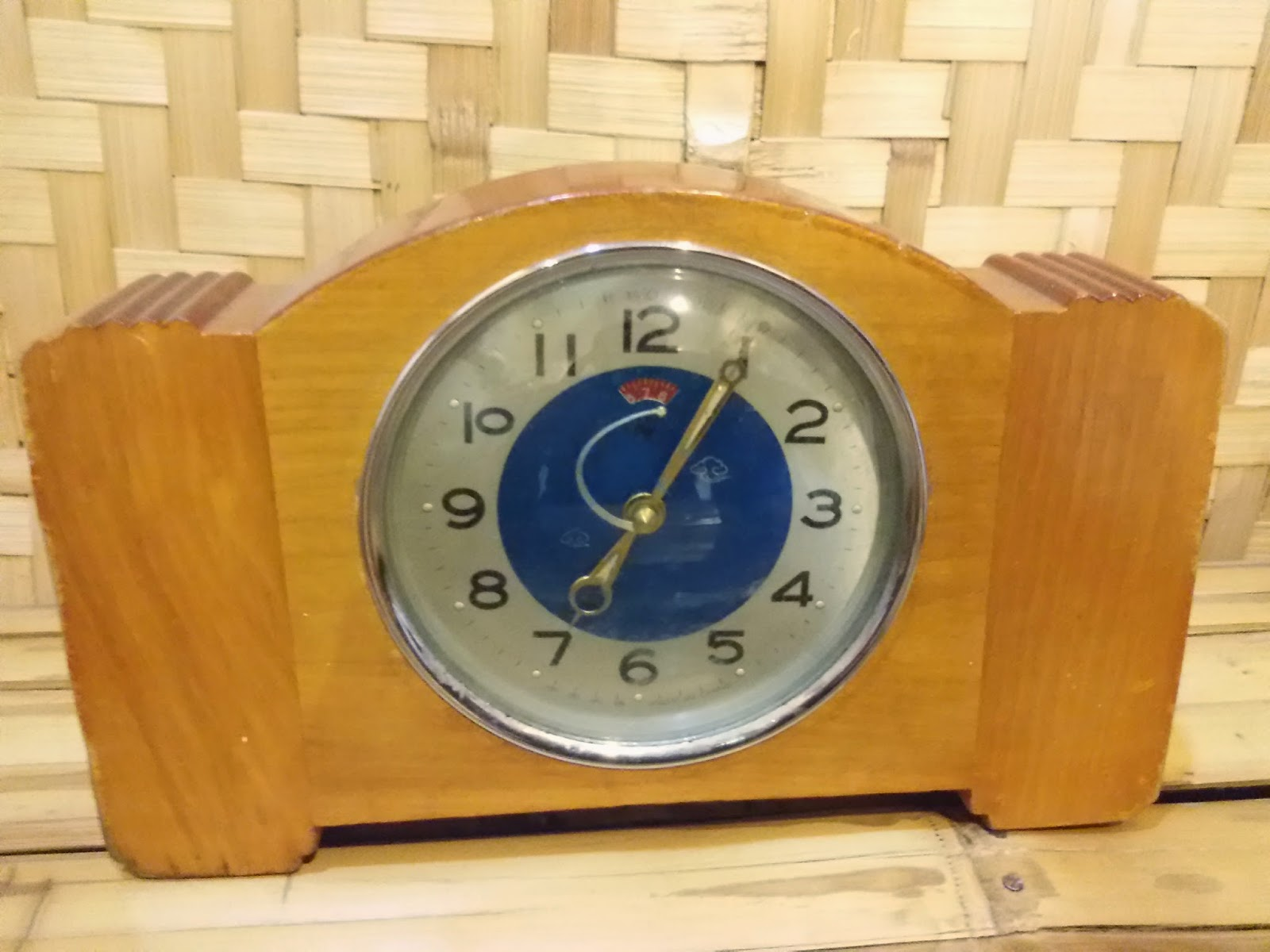 jam kayu ini merupakan barang antik untuk menunjukkan waktu pada jamannya. jam antik ini dapat dijadikan sebagai jam weker antik karena terdapat alarm dan dapat di setel alarmnya. dapatkan di kunojaoel.blogspot.com