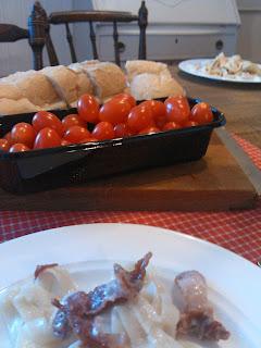 tomater, bröd, bacon, pasta