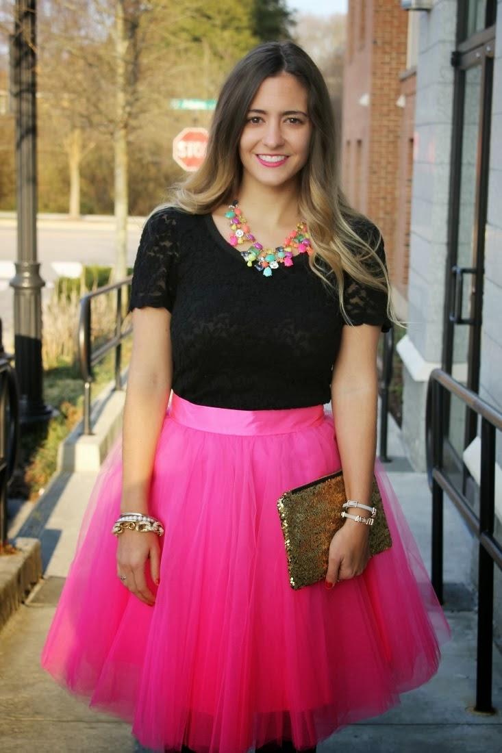 Street Style, saia de tule rosa, saia midi, saias da moda, camisa de renda preta