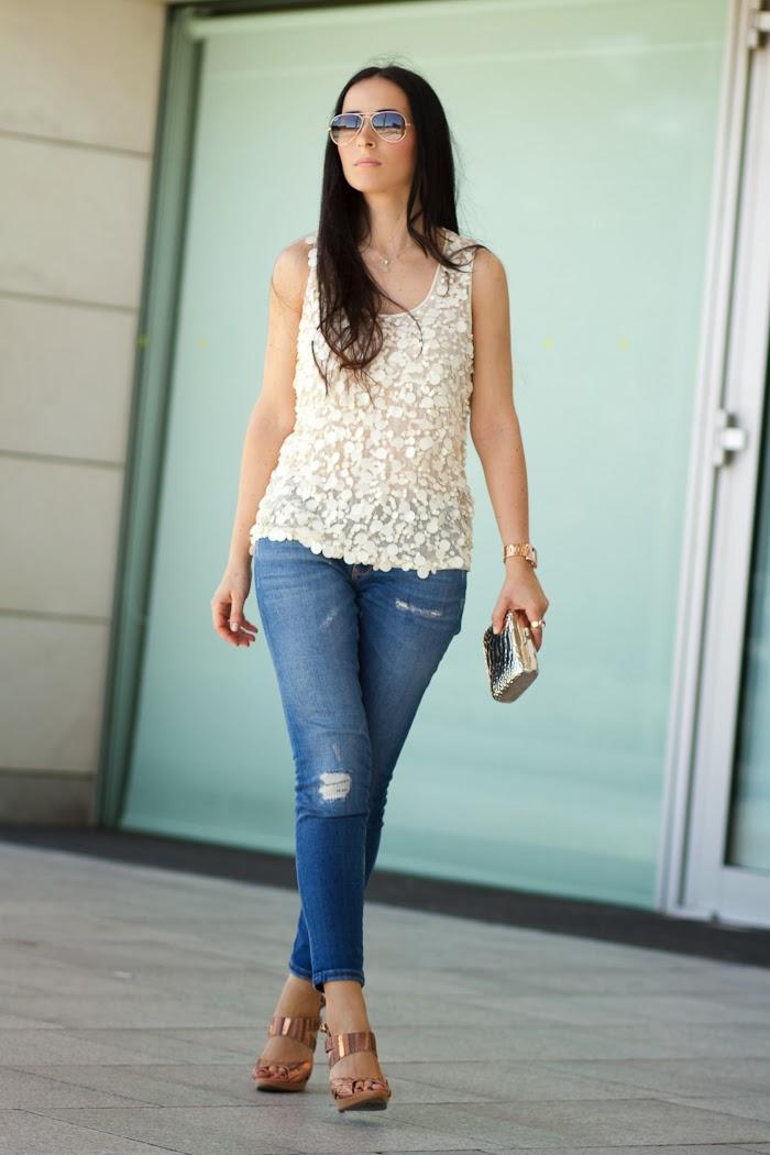 Streetstyle Top de pailletes y jeans de Zara con sandalias joya de Joaquim Ferrer