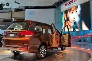 Yang pertama kali tampak yaitu design exterior, lantaran mobil Honda Mobilio di rilis paling akhir maka desainnya juga lebih moderen dengan garis-garis yang lebih sporty, hingga tak terlihat polos saja namun ada lekukan yang menaikkan kegagahan mobil ini
