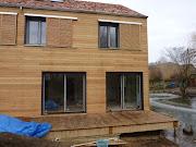 Un chantier de maison bois laisse aussi des déchets. qui 'il est possible . volet coulissant bois maison eìcologique