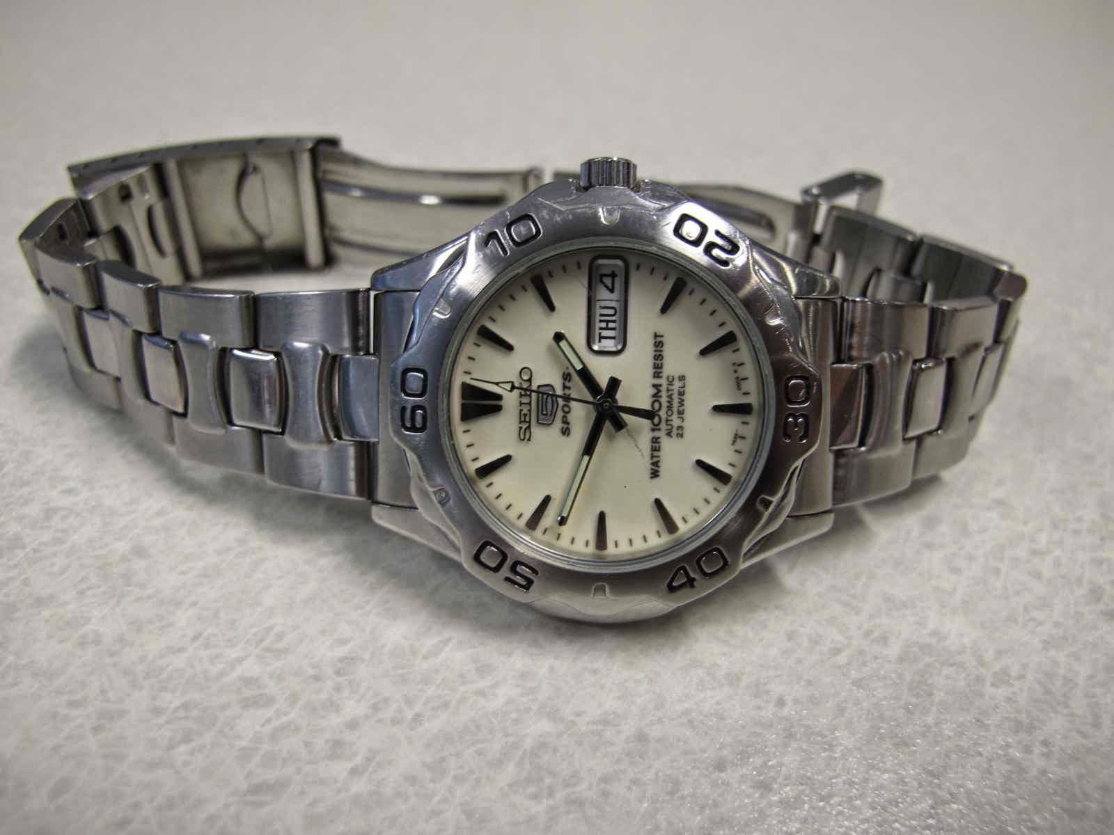 Cocok untuk Anda yang sedang mencari jam tangan dengan Dial Luminous terang keseluruhan dial di saat gelap harga terjangkau