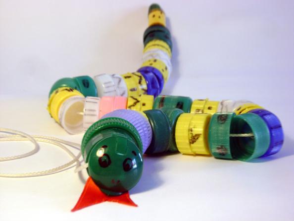 A zonzo per idee riciclo tappi plastica per bambini for Piccoli piani domestici con costi da costruire