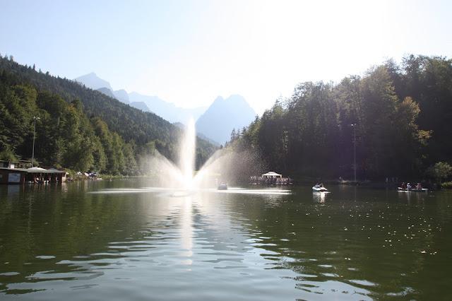 Brautentführung mit dem Floss auf dem Riessersee in Garmisch