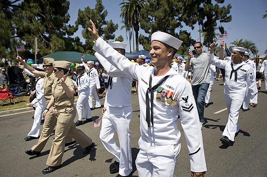 Membros das Forças Armadas dos Estados Unidos participam de Parada em San Diego (Foto: David Maung/Efe)