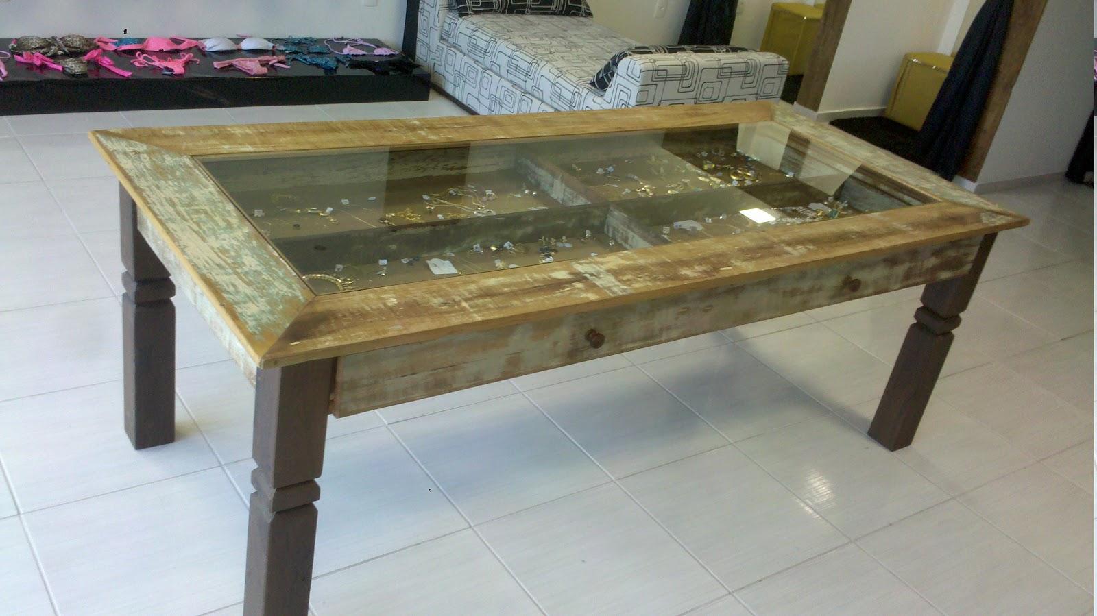 Mesa em madeira de demolição com tampo de vidro e gavetão. #5C4E33 1600x899