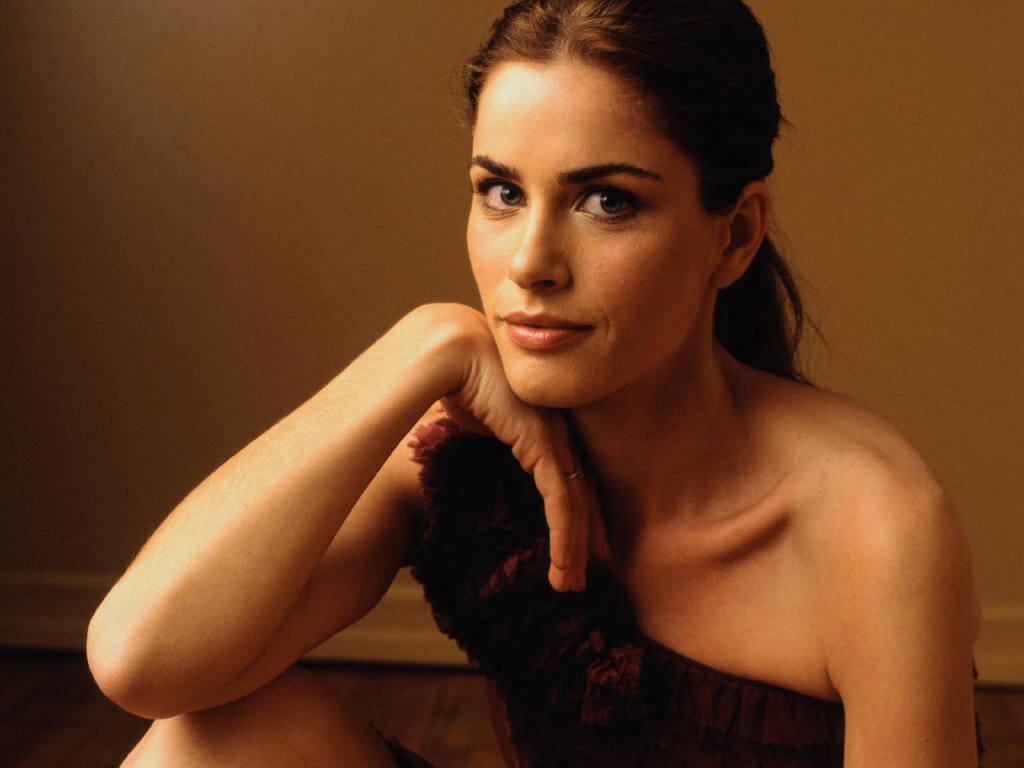 Amanda Peet Hot Wallpapers