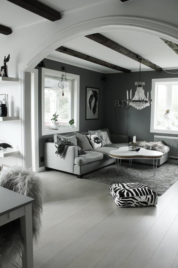 zebra kudde, soffa, tygsoffa, tygsoffor, grått, grå, gråa, svartvitt, svartvit inredning, inredningsblogg, blogg, koltrast, ljusstake, vardagsrumsbord, bord, furniturebox, treklöver, soffbord, neon, neonljus, lampa, kristalllampa, tavla, tavlor, art, fårskinn, isländskt långhårigt skinn, island skinn, house doctor, ljusstakar, webbutik, vit parkett, webshop, webbutiker, nettbutikk, nettbutikker,