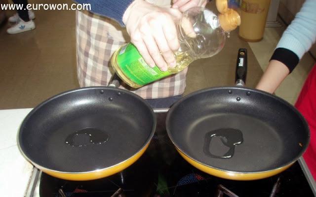 Dos sartenes con un chorrito de aceite