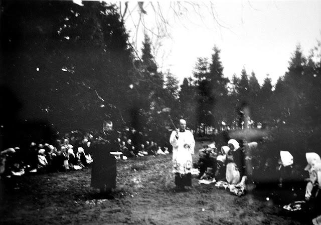 Radoszyce, galeria Biłasówka, wystawa Radoszyce w starej fotografii. Podpis fotografii: wielkanocne święcenie pokarmu, fot Włodzimierz Aweryn 1909-15.