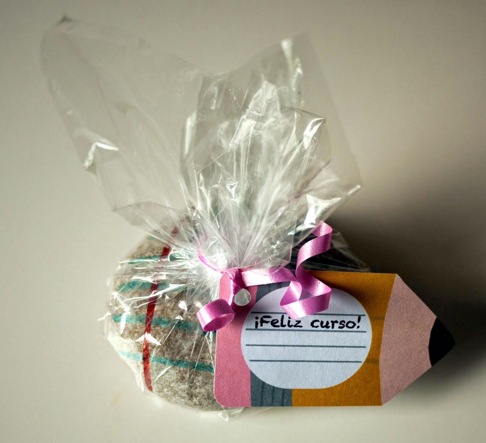 Pisapapeles de piedra para profesores envuelto para regalo con papel de celofán y con una etiqueta de lápiz