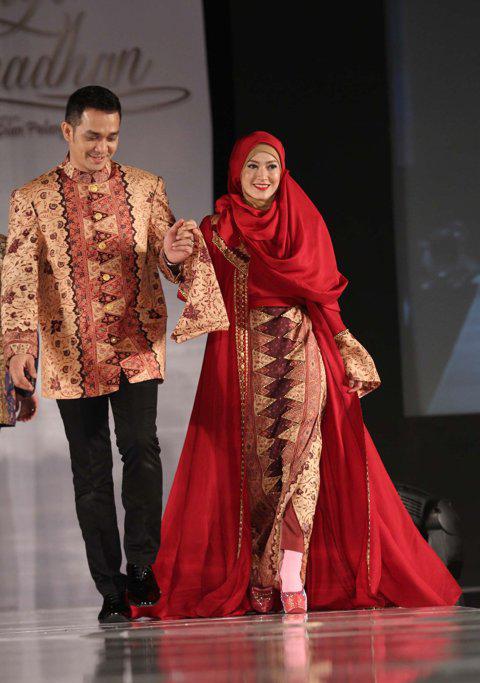 ... Pakai Jilbab: Ketika Seleb Menjadi Model Busana Muslim Dian Pelangi