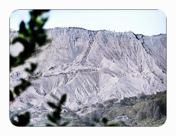 Paket Wisata Bromo 3 - Wisatawan naik Gunung Bromo