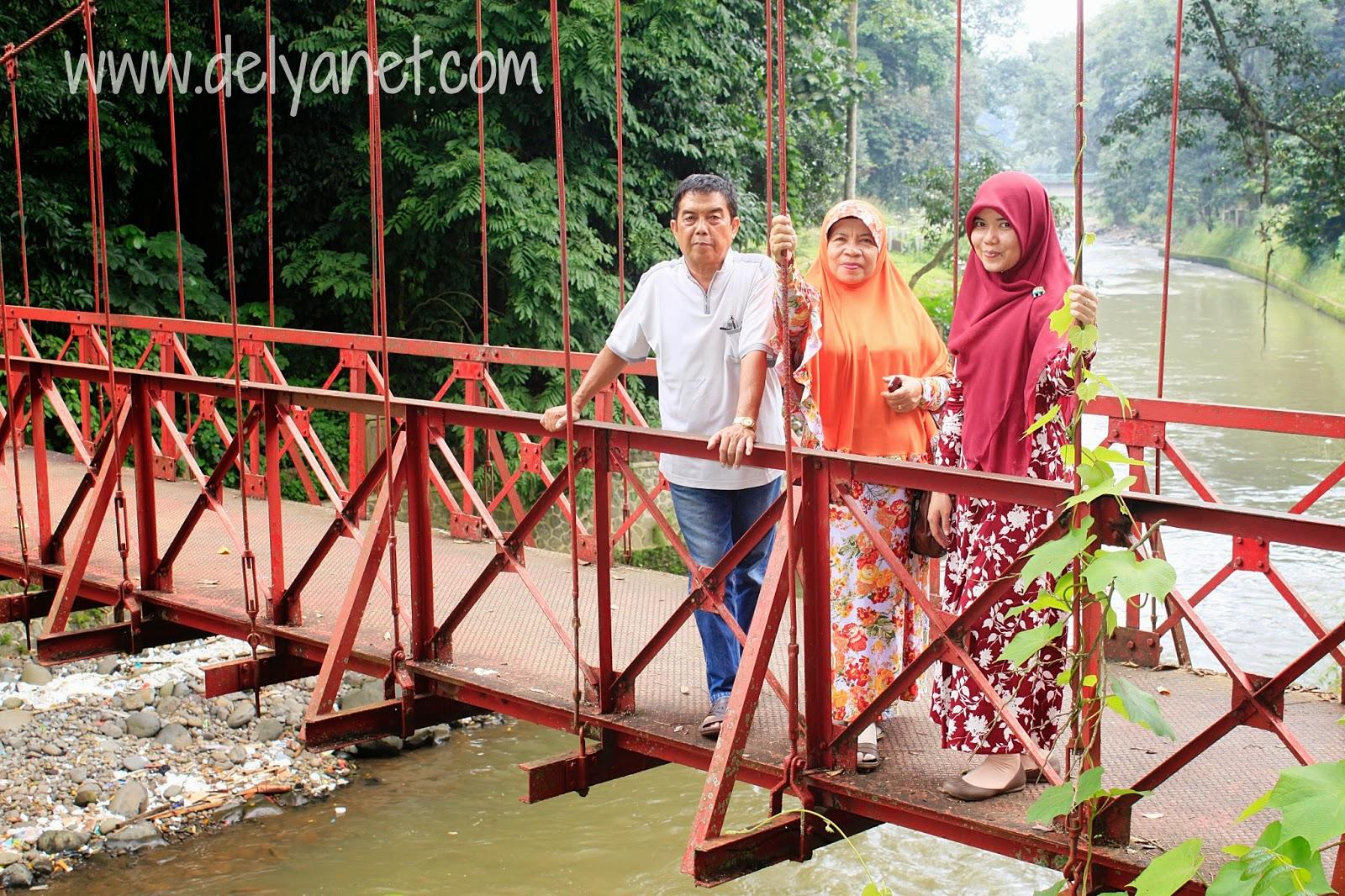 di atas jembatan gantung KRB