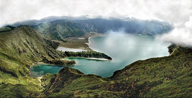 Foto da Lagoa com céu nublado e muita neblina a surgir do lado direito