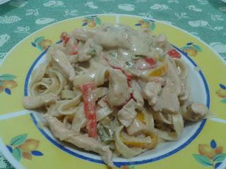 tagliatelle con panna, funghi, pollo e peperoni