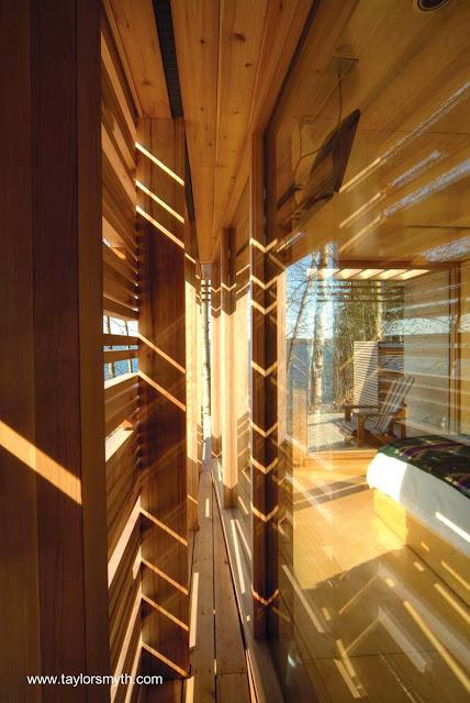 Detalle de una cabaña de madera contemporánea en Canadá