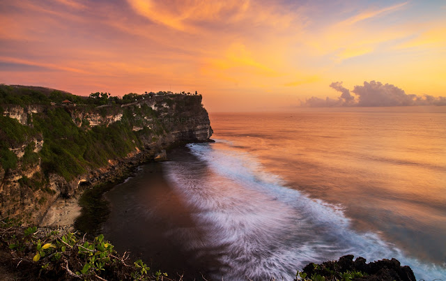 Sunset at ULUWATU TEMPLE for your things to do in Bali holidays 2