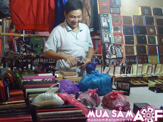 Người bán hang ở Chợ đêm Đồng Xuân