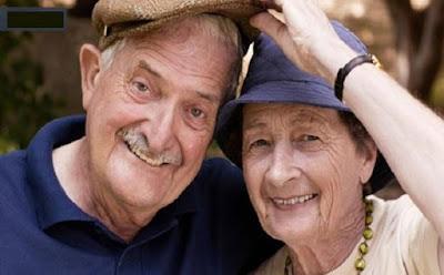 إيطالية في الثمانينات تطلب الطلاق.. رجل عجوز امرأة عجوزة كبير السن كبار السن المرضى الشيخوخة man woman old love romance