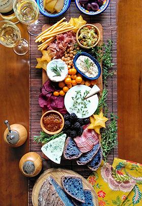 Uma tábua de queijos especial para degustar com pão azul de jenipapo