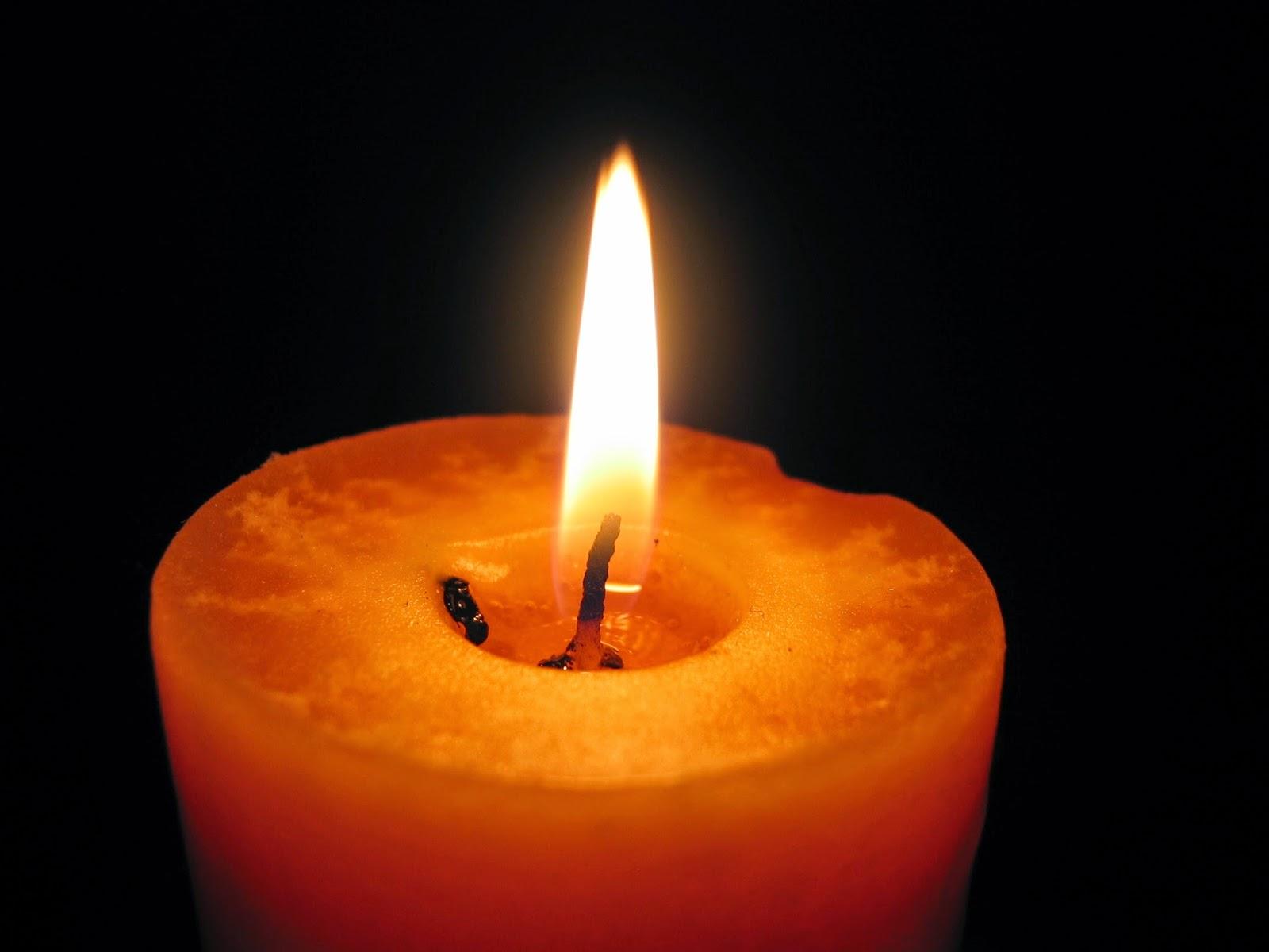 صورة شمعة بخلفية سوداء