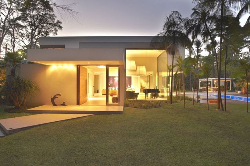 Entrance and The Morumbi Residence by Drucker Arquitetura at night