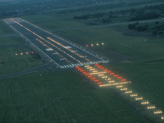Pista de aeropuerto iluminada